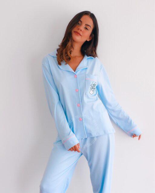 ¡Nuestra pijama favorita, es tan suave y fina como se ve, para darte la calidad de sueño que mereces en estos lazy days! 🤍😴  Últimos modelos de invierno en algodón pima: www.widwild.com